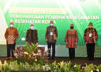 Wakil Gubernur Sumsel Mawardi Yahya usai menerima penghargaan dari Menaker Ida Fauziah kepada Gubernur Sumsel Herman Deru sebagai Kepala Daerah Pembina K3 Terbaik di Indonesia tahun 2021 di Ballroom Hotel Bidakara Jakarta, Rabu (28/4/2021). (fornews.co/humas provinsi sumsel)