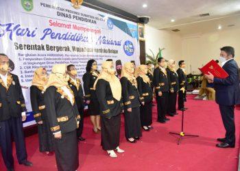 Gubernur Sumsel Herman Deru mengukuhkan Pengurus Forum Bursa Kerja Khusus (BKK) SMK Sumsel pada peringatan Hardiknas 2021 di Hotel Swarna Dwipa Palembang, Senin (3/5/2021). (fornews.co/humas provinsi sumsel)