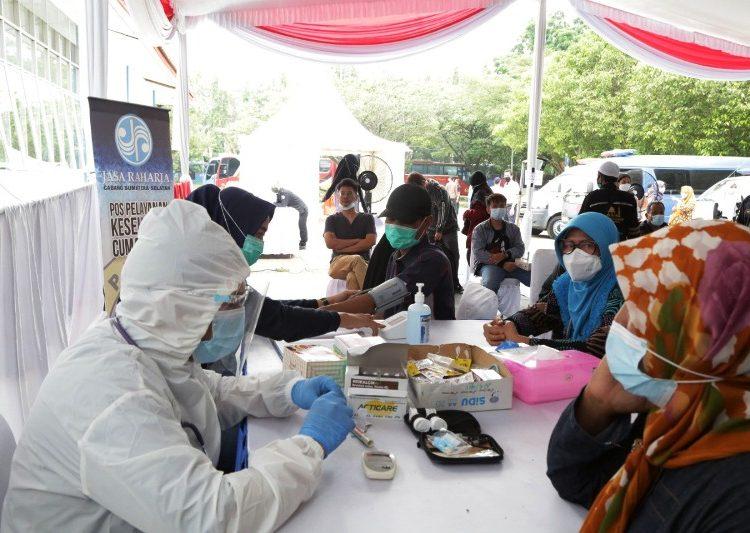 Petugas kesehatan memberikan pelayanan pemeriksaan antigen gratis kepada penumpang dan pengemudi angkutan di terminal Alang Alang Lebar, Palembang, Sabtu (22/5/2021). (fornews.co/humas provinsi sumsel)