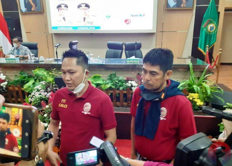 Manajer Sriwijaya FC M Fadli saat perkenalan dan penandatanganan kontrak Nil Maizar sebagai Pelatih Kepala Sriwijaya FC, Senin (15/3/2021). (fornews.co/iwan setiawan)