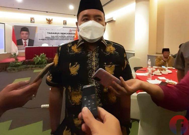 Anggota Bawaslu RI Mochamad Afifuddin menjawab pertanyaan wartawan saat menghadiri Tadarus Pengawasan dalam Rangka Sosialisasi Pengawasan Partisipatif Para Jurnalis Provinsi Sumatra Selatan di The Zuri Hotel Palembang, Senin (3/5/2021). (fornews.co/iwan setiawan)