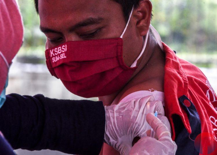 Seorang buruh sedang disuntik vaksin Covid-19. (matakamera/fornews.co/mushaful imam)