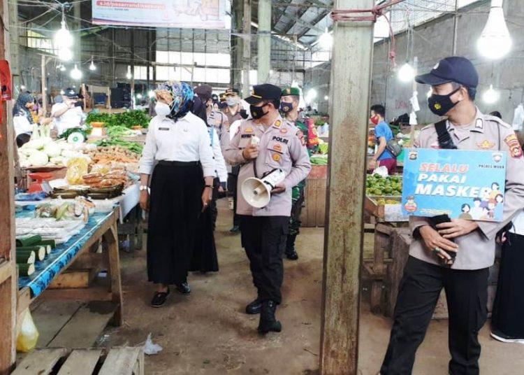 Tim Gabungan melakukan pemantauan dan imbauan penerapan protokol kesehatan di Pasar Randik Sekayu, Senin (3/5/2021). (fornews.co/humas pemkab muba)