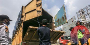 Petugas memeriksa isi truk untuk mengantisipasi adanya pemudik yang menumpang. (matakamera/fornews.co/mushaful imam)
