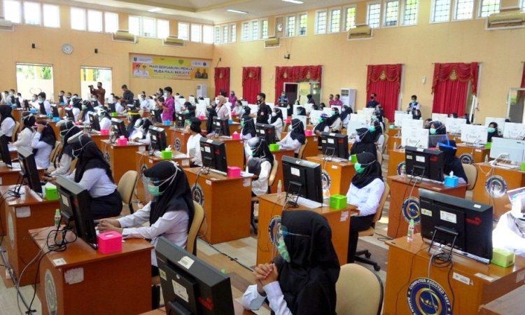 Para peserta tes CPNS Kabupaten Muba tahun 2020 menjalani seleksi dengan menerapkan protokol kesehatan. (fornews.co/humas pemkab muba)