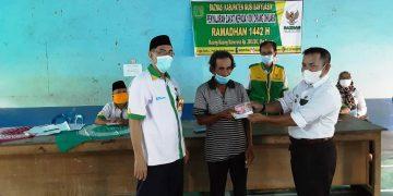 Ketua Baznas Kabupaten Muba Lukmanul Hakim menyaksikan penyerahan zakat yang dihimpun dari pegawai Pemkab Muba kepada duafa di Kabupaten Muba, Selasa (11/5/2021). (fornews.co/humas pemkab muba)