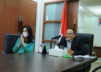 Bupati Muba Dodi Reza Alex didampingi Ketua TP PKK Muba Thia Yufada saat mengikuti silaturahmi dengan PPI di Belgia secara virtual dari Kantor Perwakilan Musi Banyuasin di Palembang, Sabtu (22/5/2021). (fornews.co/humas pemkab muba)