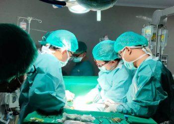 Tim Bedah Operasi Jantung Terbuka RSUD Sekayu melakukan operasi terhadap Rendi (15) seorang warga Kecamatan Keluang, Kabupaten Muba, Sabtu (22/5/2021). (fornews.co/humas pemkab muba)