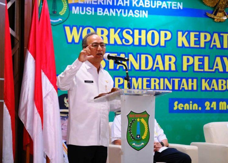 Sekda Muba Apriyadi memberikan sambutan pada pembukaan workshop Kepatuhan Terhadap Standar Pelayanan Publik Bagi Organisasi Perangkat Daerah dalam Jajaran Pemkab Muba, di Auditorium Pemkab Muba, Senin, (24/5/2021). (fornews.co/humas pemkab muba)