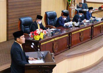 Bupati Muba Dodi Reza Alex dan Pimpinan DPRD Kabupaten Muba mendengarkan salah satu juru bicara fraksi pada rapat paripurna, Selasa (25/5/2021). (fornews.co/humas pemkab muba)