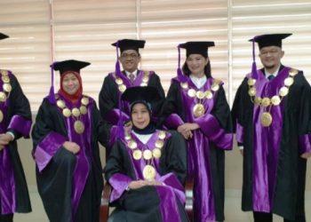 Rektor UBD Palembang Sunda Ariana bersama para Wakil Rektor yang baru seusai pengumuman hasil rapat restrukturisasi pimpinan, Selasa (25/5/2021). (fornews.co/ist)