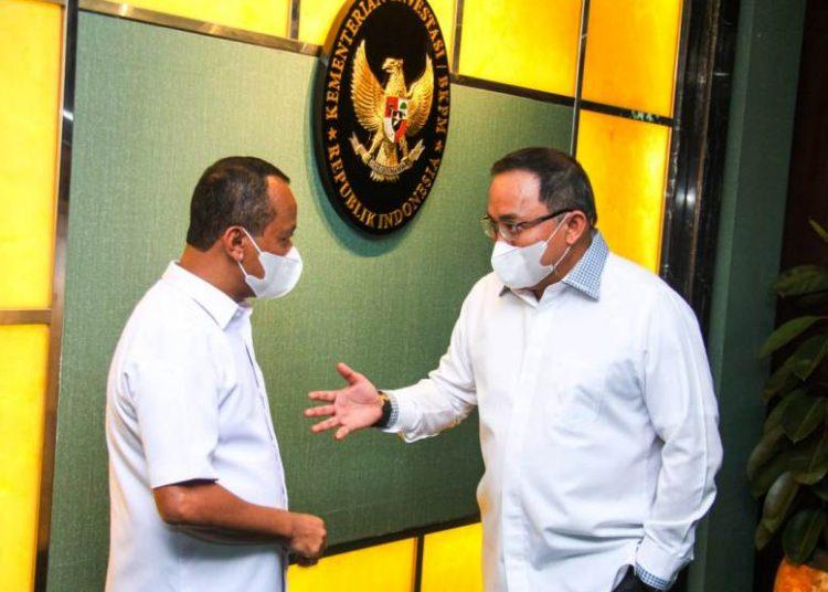 Bupati Muba Dodi Reza Alex berbincang santai dengan Menteri Investasi/ Kepala BKPM Bahlil Lahadalia usai rapat di kantor Kementerian Investasi/BKPM, Jumat (28/5/2021). (fornews.co/humas pemkab muba)