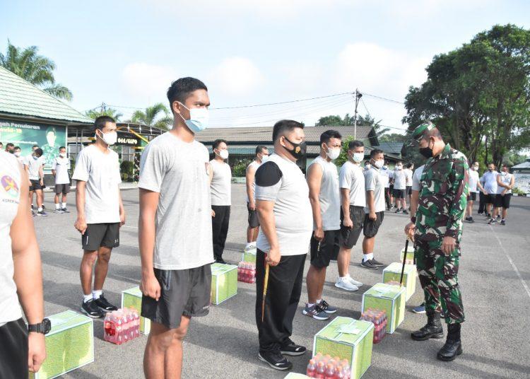 Penyerahan bingkisan diserahkan secara simbolis di lapangan apel makorem 044/Gapo Palembang, Selasa (3/5/2021). (istimewa/Korem 044/gapo)