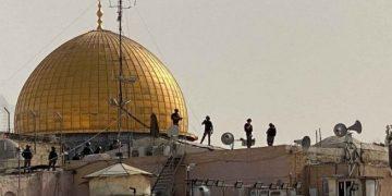 Pasukan keamanan Israel berada di atas atap di depan Masjid Kubah Batu, kompleks Masjid al-Aqsa, di Kota Tua Yerusalem, Senin (10/5/2021). (ANTARA FOTO/REUTERS/Ilan Rosenberg/rwa via Suara.com)