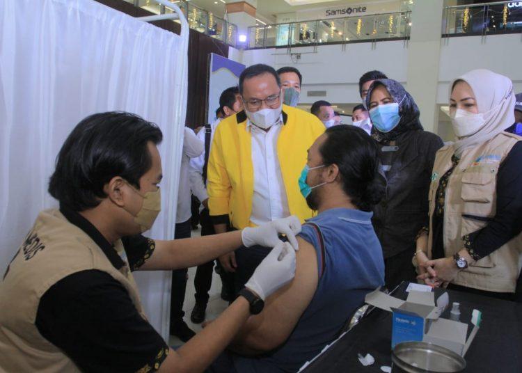 Ketua KADIN Sumsel, Dodi Reza Alex, saat melihat langsung pelaku UMKM di Palembang tengah diberi vaksinasi gratis di PIM, Sabtu (26/6/2021). (fornews.co/humas pemkab muba)