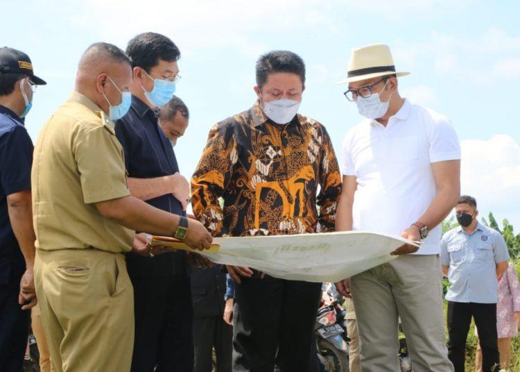 Gubernur Sumsel Herman Deru dan Gubernur Jabar Ridwan Kamil berpose di atas angkutan sungai di bawah Jembatan Ampera, Kamis (3/6/2021). (fornews.co/humas pemprov sumsel)