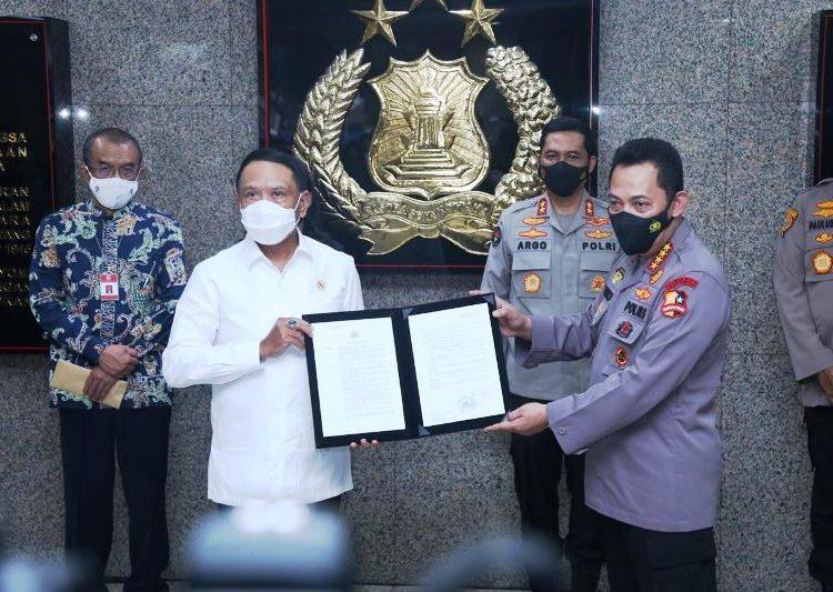 Kapolri Jenderal Listyo Sigit Prabowo menyerahkan surat izin keramaian pelaksanaan Liga 1 dan Liga 2 musim 2021 kepada Menpora RI Zainudin Amali di Mabes Polri, Senin (31/5/2021). (fornews.co/humas polri)