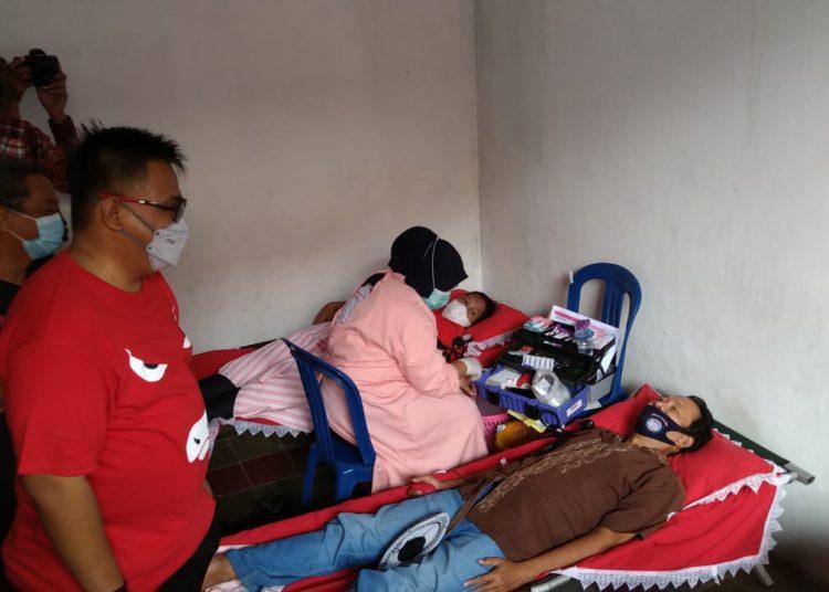 Ketua DPD PDI Perjuangan Sumsel, HM Giri Ramanda N Kiemas, melihat warga yang mendonorkan darah pada acara bakti sosial donor darah dan pembagian sembako Bulan Bung Karno 2021 di Kantor PAC PDI Perjuangan Kecamatan Ilir Barat II, Sabtu (19/6). (fornews.co/ist)