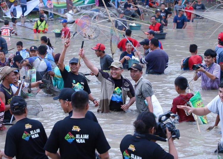 Bupati Muba, Dodi Reza Alex Bersama warga saat mencari ikan pada Festival Bekarang, beberapa waktu lalu. (fornews.co/humas pemkab muba)