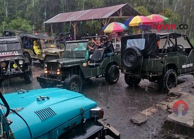 HUJAN deras mengguyur para wisatawan yang berkunjung di petilasan Mbah Marijan menggunakan jip pada Jum'at (27/12/2019) sebelum pandemi virus corona. (foto fornews.co/adam)