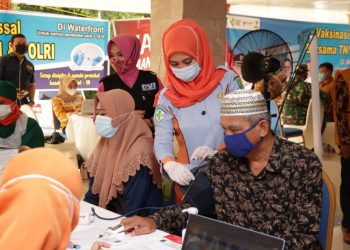 Petugas Kesehatan tengah melayani orang tua yang akan di vaksin, di di Pendopoan Rumah Dinas Wakil Bupati Muba, Sabtu (26/6/2021). (fornews.co/humas pemkab muba)