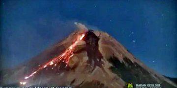 LUNCURAN lava dan awan panas yang terekam pada Senin (26/7/2021) dengan jarak luncur sejauh 2.500 meter ke arah Barat Daya menyebabkan kebakaran vegetasi. (foto fornews.co/capture bpptkg)