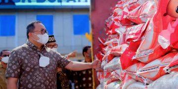 BUPATI Muba, Dodi Reza Alex Noerdin, memeriksa bantuan beras yang segera disalurkan kepada masyarakat terdampak PPKM. (foto fornews.co/humas pemkab muba)
