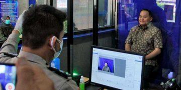 BUPATI Muba, Dodi Reza Alex Noedin, melakukan foto untuk perpanjangan Surat Izin Mengemudi (SIM) di Polres Muba, Sekayu, Kabupaten Musi Banyuasin, Provinsi Sumatera Selatan. (foto fornews.co/humas pemkab muba)
