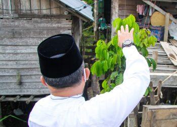 Bupati Muba, Dodi Reza Alex menyapa warga yang menjalani isoman dan memberikan daging kurban dan obat-obatan, usai melaksanakan Salat Iduladha, Selasa (20/7/2021). (fornews.co/humas pemkab muba)
