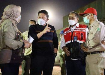Gubernur Sumsel, Herman Deru saat memantau stok likuid oksigen di Pelabuhan Boom Baru Palembang, Rabu (28/7/2021) malam. (fornews.co/humas pemrov sumsel)