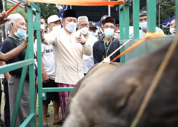 Gubernur Sumsel, Herman Deru, saat memperhatikan alat bantu potong hewan kurban di di Masjid Al Falah Talang Gading Kecamatan Kalidoni, Palembang, Selasa (20/7/2021). (fornews.co/humas pemprov sumsel)