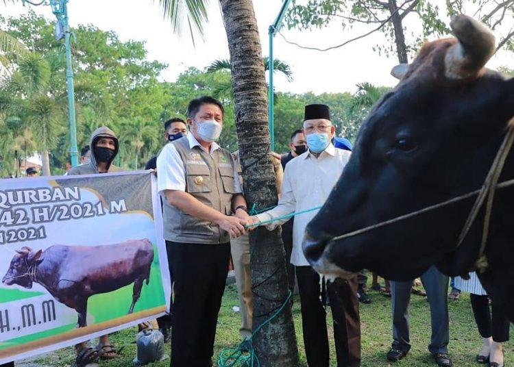 Gubernur Sumsel Herman Deru saat memberikan seekor sapi kurban ke salah satu masjid di Palembang, Senin (19/7/2021). (fornews.co/humas pemprov sumsel)