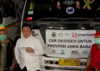 Gubernur Sumsel, Herman Deru, menyampaikan sambutan sesaat melepas keberangkatan pengiriman bantuan oksigen sebanyak 85 ton untuk Jawa Barat, di Pelabuhan Boom Baru, Sabtu (24/7/2021) malam. (fornews.co/humas pemprov sumsel)