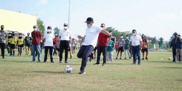 Gubernur Sumsel, Herman Deru melakukan tendangan pertama pada turnamen sepakbola U14 dan Women Sriwijaya FC Championship Piala Gubernur Sumsel 2021 di Stadion Atletik JSC, Minggu (13/6/2021) pagi. (fornews.co/humas pemprov sumsel)
