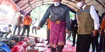 Gubernur Sumsel, Herman Deru, saat meninjau posko mitigasi karhutla di halaman rumah dinas Bupati OKU, Kamis (29/7/2021) kemarin. (fornews.co/humas pemprov sumsel)