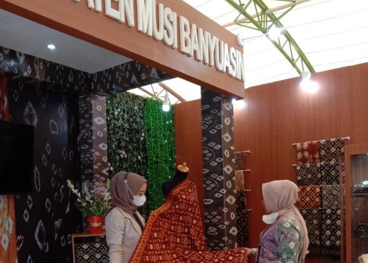 Pengunjung memperhatikan Produk eco fashion Gambo Muba, pada Sriwijaya Expo di Dinning Hall Jakabaring Sport City (JSC), Jumat (2/7/2021) lalu. (fornews.co/humas pemkab muba)
