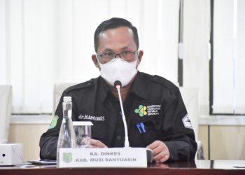 Kepala Dinas Kesehatan Muba, dr Azmi Dariusmansyah MARS, saat menjelaskan tentang panduan khusus bagi warga yang jalani isoman pada rapat bersama secara virtual di Ruang Rapat Serasan Sekate, Kamis (22/7/2021). (fornews.co/humas pemkab muba)