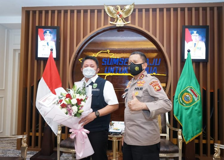 Gubernur Sumsel Herman Deru saat menerima kunjungan kerja Kapolda Sumsel Irjen Pol Eko Indra Heri di ruang tamu Gubernur Sumsel, Rabu (30/6/2021) pagi. (fornews.co/humas pemprov sumsel)