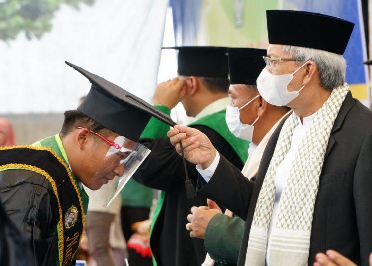 Wakil Gubernur Sumsel, Mawadi Yahya, memindahkan kuncir siswa yang lulus pada wisuda akbar mulai dariTK hingga sekolah tinggi dihalaman Ponpes Ash-Shiddiqiah, Desa Lubuk Seberuk, Lempuing Jaya, Minggu (4/7/2021). (fornews.co/humas pemprov sumsel)