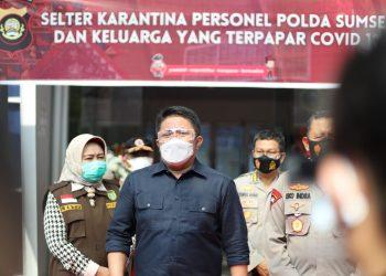 Gubernur Sumsel, Herman Deru bersama Kapolda Sumsel, Irjen Pol Prof Dr Eko Indra Heri, ketika akan meresmikan Selter Karantina Pasien COVID-19 di Komplek Pakri Palembang, Jumat (16/7/2021). (fornews.co/humas pemprov sumsel)