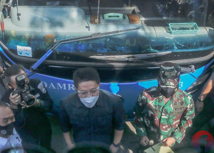 Gubernur Sumsel Herman Deru menyaksikan penempelan stiker kampanye prokes di bus Terminal Alang Alang Lebar Palembang, Jumat (16/7/2021). (fornews.co/mushaful imam)