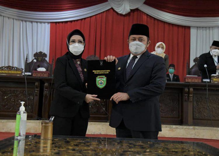 Gubernur Sumsel Herman Deru dan Ketua DPRD Sumsel RA Anita Noeringhati, usai penandatanganan Keputusan bersamapada Rapat Paripurna XXXI lanjutan, Rabu(12/7/2021). (fornews.co/humas dprd sumsel)