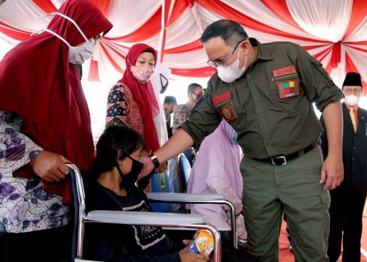 KEPALA Daerah Musi Banyuasin, Bupati Dodi Reza Alex Noerdin, saat bersama salah satu penyandang disabilitas di Muba. (foto fornews.co/pemkab muba)