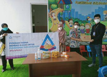 PT Pyridam Farma Tbk (PYFA) saat membagikan vitamin gratis kepada Puskesmas Sukanagalih, beberapa waktu lalu. (fornews.co/ist)