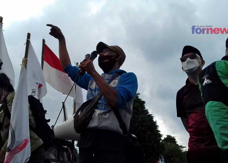 Ratusan massa yang tergabung dalam Serikat Buruh Sejahtera Indonesia (SBSI) DIY di Titik Nol Kilometer Kantor Pos Yogyakarta. (foto fornews.co/humas pemkab muba)