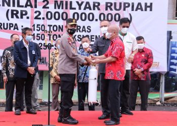 Kapolda Sumsel, Irjen Pol Prof Eko Indra Heri, saat menerima bantuan berupa oksigen secara simbolis dari Masyarakat Tionghoa Palembang Bersatu, di Mapolda Sumsel, Jumat (6/8/2021). (fornews.co/ist)