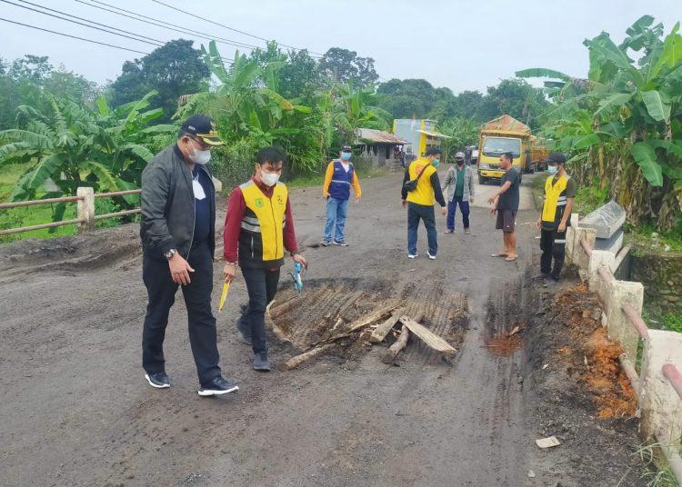 Bupati Muba, Dodi Reza Alex, memantau langsung kondisi jalan dan jembatan Jalinteng di Desa Bailangu dan Desa Epil, Kamis (19/8/2021) pagi. (fornews.co/humas pemkab muba)
