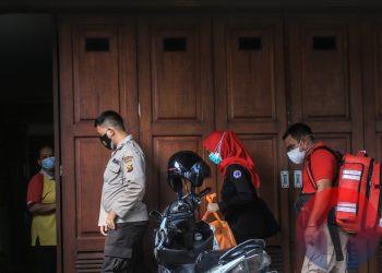 Dokter Polri dari RS Bhayangkara dan tim medis Dinkes Sumsel memasuki rumah Heryanty guna melakukan pemeriksaan, Rabu (4/8/2021) sore. (fornews.co/mushaful imam)