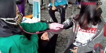 SEORANG warga Kecamatan Pakulaman berusia di atas 12 tahun sedang diperiksa oleh petugas kesehatan di Posko Paksin di Alun-alun Istana Kadipaten Pakualaman, Yogyakarta, Selasa (3/8/2021). (foto fornews.co/adam)