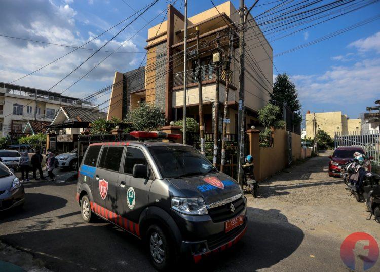 Mobil ambulans meninggal rumah saat kedatangan pertama di kediaman Heryanty di Jalan Tugu Mulyo Palembang, Selasa (3/8/2021). (fornews.co/mushaful imam)